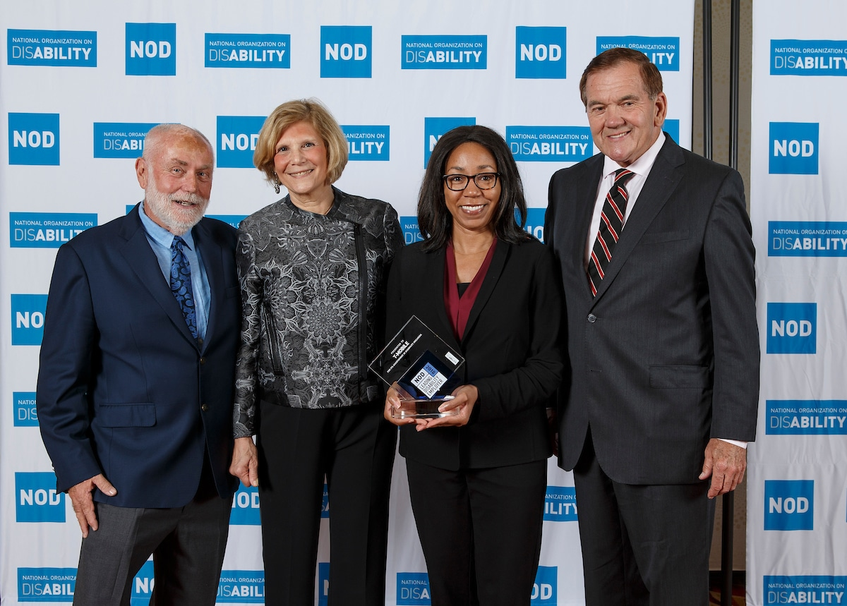 T-Mobile's Shellie Blakeney, posing with the 2018 Leading Disability Employer award, with Gov. Tom Ridge, actor Robert David Hall and NOD President Carol Glazer
